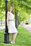barn för kvinna för trädgårds- stående för mode sinnligt Royaltyfria Bilder