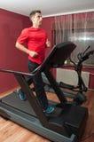 barn för treadmill för stilig man för idrottshall running Royaltyfri Fotografi