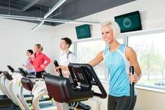 barn för treadmill för övningskonditionfolk running Arkivbild