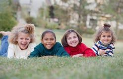 barn fyra som skrattar arkivfoto