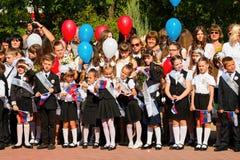 Barn går tillbaka till skolan Royaltyfria Foton