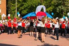 Barn går tillbaka till skolan Royaltyfri Bild