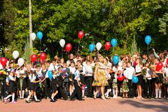 Barn går tillbaka till skolan Royaltyfria Bilder