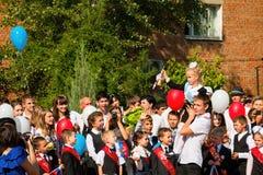 Barn går tillbaka till skolan Royaltyfri Fotografi