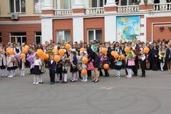 Barn går tillbaka till skolan - en ferie på September, första klass Arkivbilder