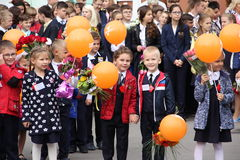 Barn går tillbaka till skolan - en ferie på September, första klass Royaltyfri Bild