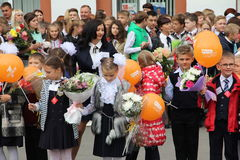 Barn går tillbaka till skolan - en ferie på September, första klass Royaltyfria Foton