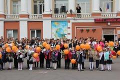 Barn går tillbaka till skolan - en ferie på September, första klass Arkivfoto