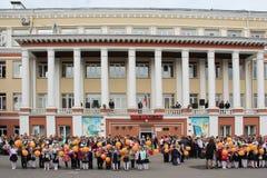 Barn går tillbaka till skolan, ferie för första klass - Ryssland, Moskva - September 1, 2016 Arkivbilder