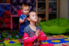 Barn gör övningar hemma Royaltyfri Fotografi
