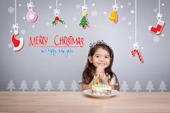 Barn gör en önska på partiet för det nya året med kakan och stearinljuset Royaltyfri Bild