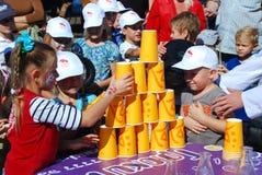 Barn gör en pyramid av exponeringsglas Royaltyfri Foto
