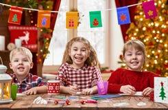 Barn gör kort royaltyfria foton