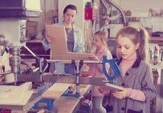 Barn gör praktiskt arbete på trät Royaltyfria Foton