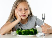 Barn gillar inte att äta grönsaker i sunt ätabegrepp arkivfoto