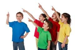 barn grupperar att peka undertecknar upp Royaltyfria Bilder
