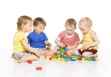 Barn grupperar att spela leksakkvarter Tidig utveckling för små ungar Royaltyfria Bilder