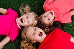 barn grupperar lyckligt Royaltyfria Foton