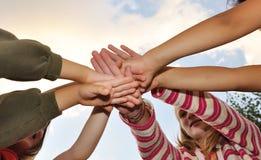 barn grupperar lyckligt utomhus- litet Fotografering för Bildbyråer