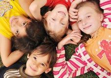 barn grupperar lyckligt utomhus- litet Royaltyfri Fotografi