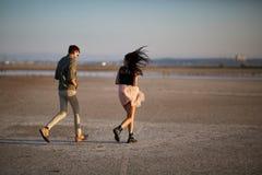 Barn gulliga amorösa par på en naturlig bakgrund Romantiskt resande begrepp kopiera avstånd Arkivbilder