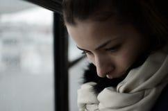 Barn härlig kvinna som blåser snow in mot kamera på vinterbakgrund royaltyfri foto
