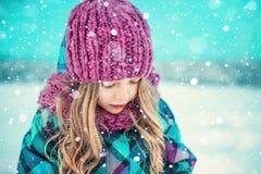 Barn härlig kvinna som blåser snow in mot kamera på vinterbakgrund Arkivfoto