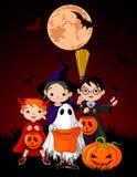barn halloween som behandlar trick Arkivfoto
