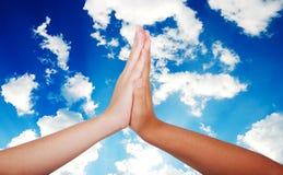 barn hands tillsammans två Arkivbild
