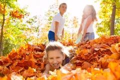Barn har den roliga släpande flickan som lägger på jordning Royaltyfria Foton