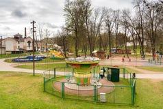 Barn har gyckel i barnen parkerar i mitt av Pskov, Ryssland Royaltyfri Foto