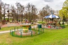 Barn har gyckel i barnen parkerar i mitt av Pskov, Ryssland Arkivbild