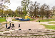 Barn har gyckel i barnen parkerar i mitt av Pskov, Ryssland Arkivfoton
