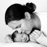 barn henne kyssande moder Arkivbild