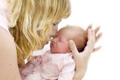 barn henne kyssande moder Arkivfoton