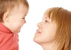 barn henne moder som talar till Arkivbild