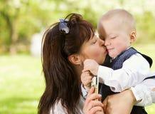 barn henne moder utomhus arkivfoton