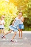Barn hoppar hage i sommar arkivfoton