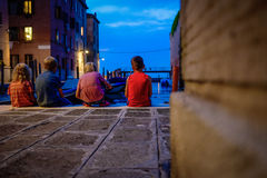 Barn i aftonen på solnedgången på den Venedig gatan Fotografering för Bildbyråer