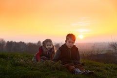 Barn i aftonljuset Fotografering för Bildbyråer