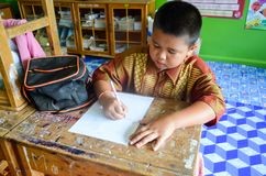 Barn i akademisk aktivitetsdag på grundskolan fotografering för bildbyråer