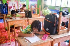 Barn i akademisk aktivitetsdag på grundskolan royaltyfri foto