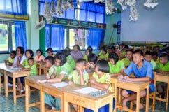 Barn i akademisk aktivitetsdag på grundskolan arkivfoto