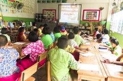 Barn i akademisk aktivitetsdag på grundskolan arkivfoton