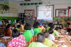 Barn i akademisk aktivitetsdag på grundskolan arkivbilder