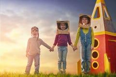 Barn i astronautdräkter Arkivbilder