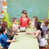 Barn, i att spela för musikskola Arkivbild