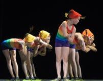 Barn i baddräkter som dansar på etapp Arkivbilder