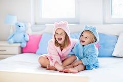 Barn i badrock eller handduk efter bad royaltyfri fotografi