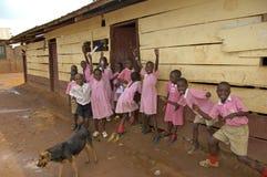 Barn i den rosa skolalikformign på deras skola, Uganda Royaltyfri Fotografi